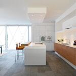 кухня минимализм с рыжими стульями