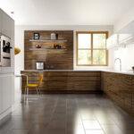 кухня минимализм с желтыми стульями
