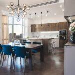 кухня минимализм с синими стульями