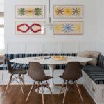 кухонный диван с картинами