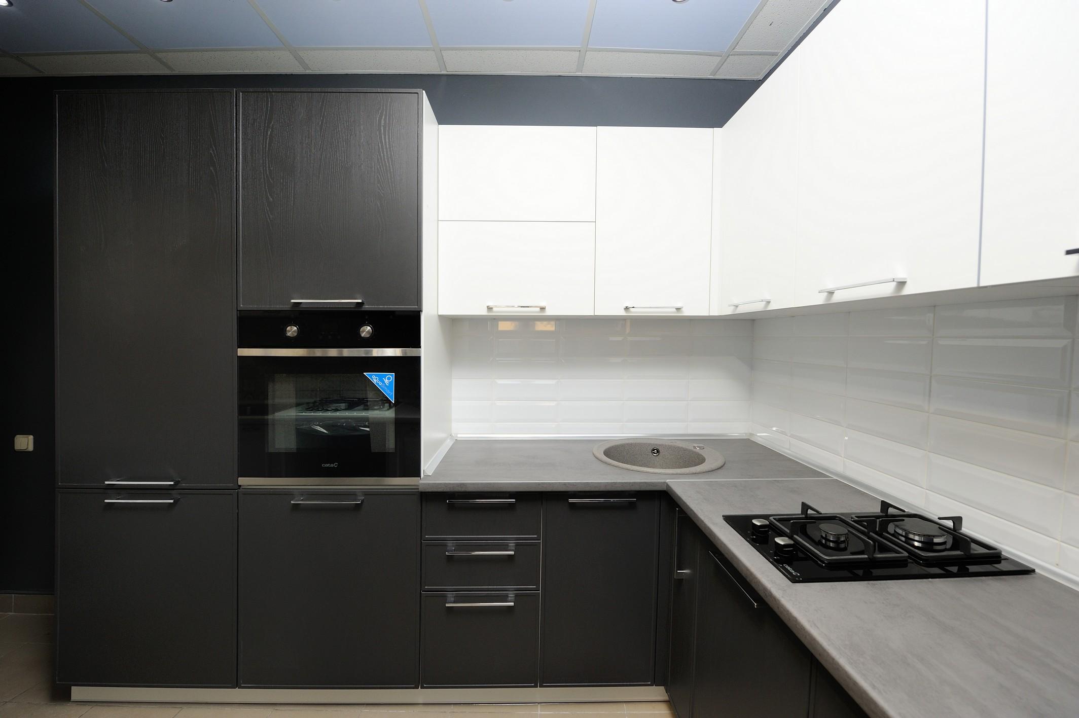 кухня фрейм темная и техника