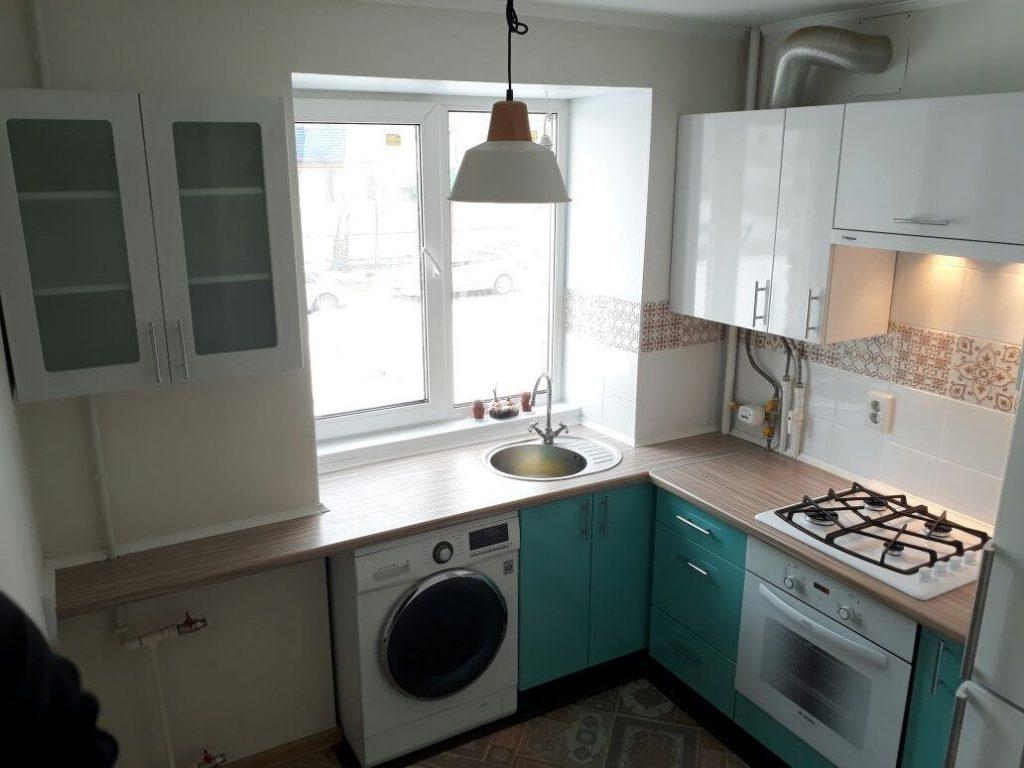 холодильник возле окна