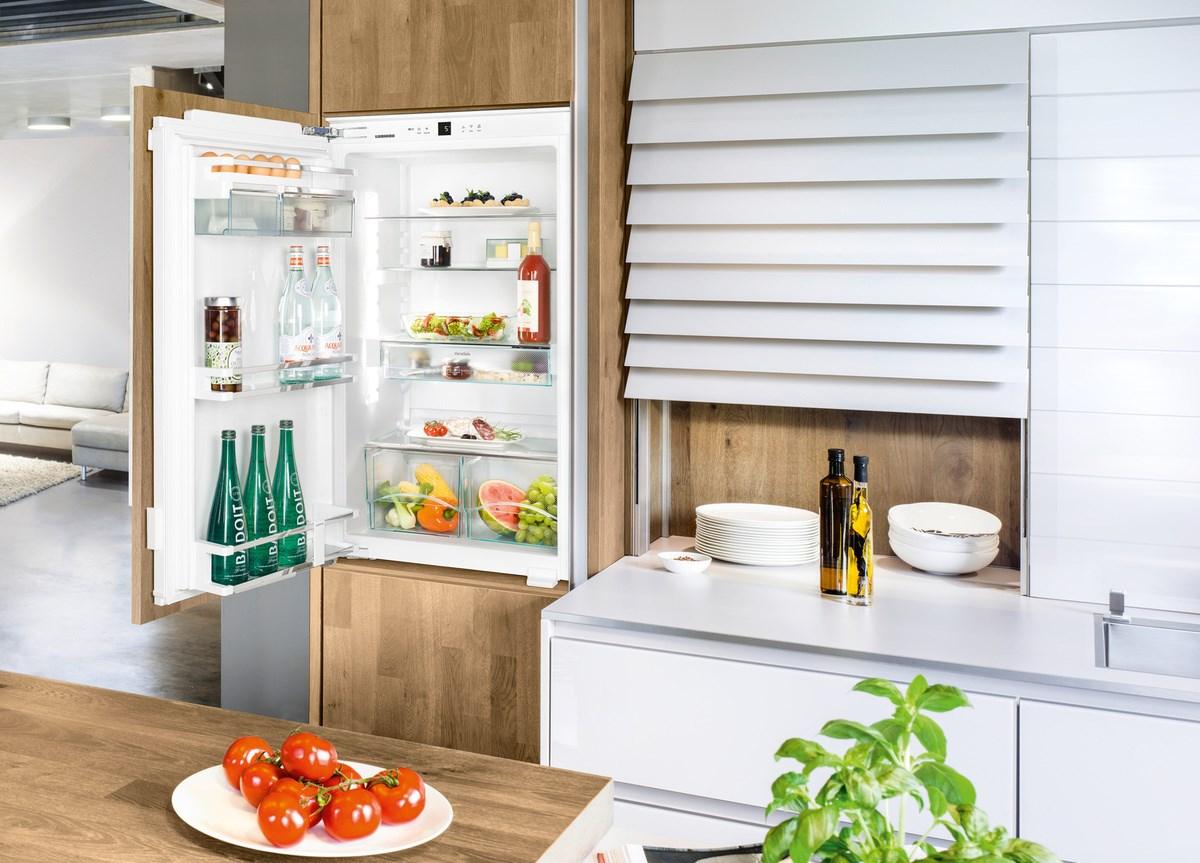 холодильник в кухне