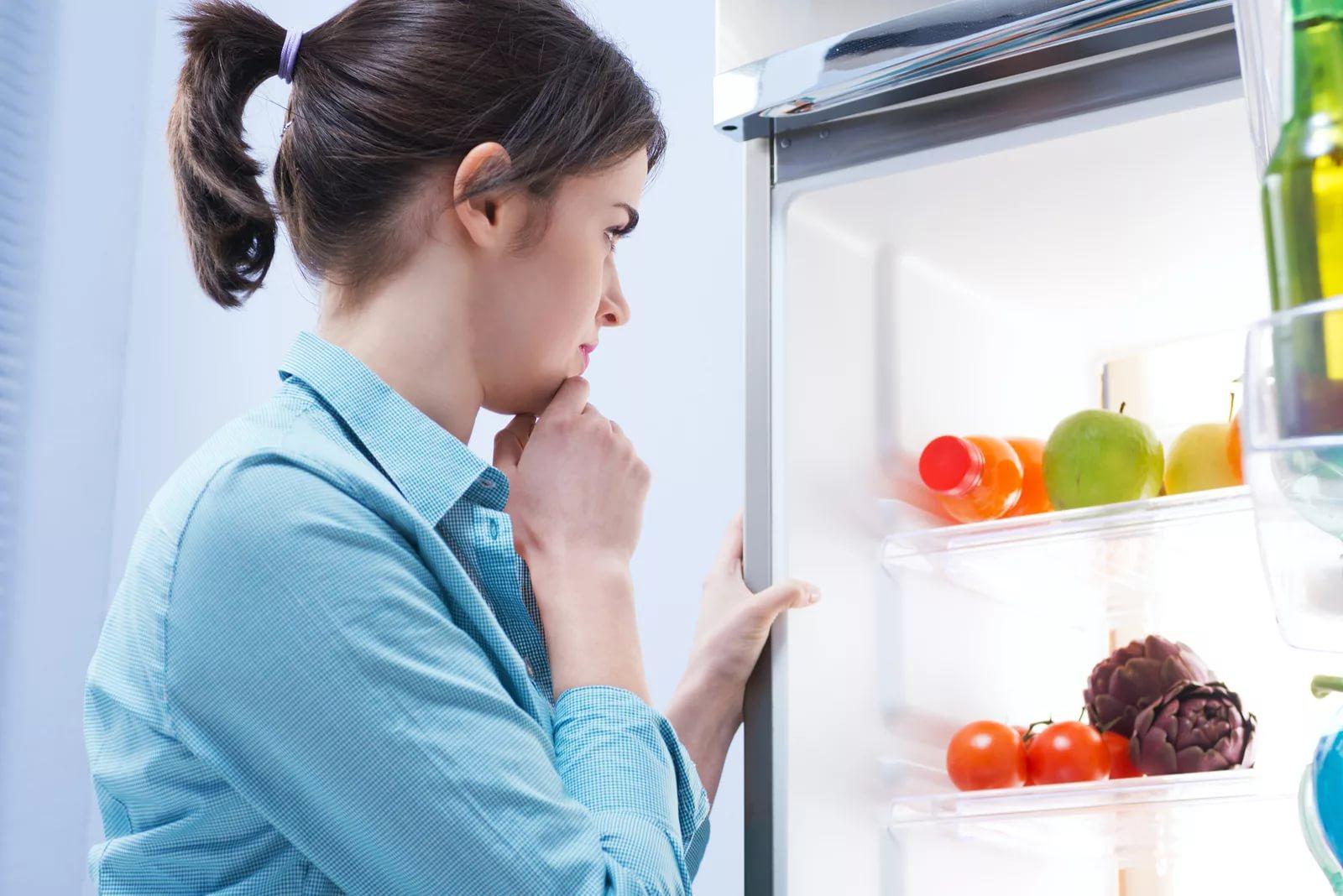 избавиться от запаха в холодильнике